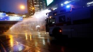 شرطة مكافحة الشغب تستخدم خراطيم المياه على المتظاهرين بهونغ كونغ، 25 أغسطس/آب 2019.