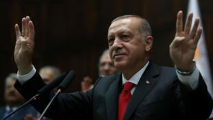 El presidente turco, Recep Tayyip Erdogan, saluda a los miembros del parlamento de su partido gobernante AK (AKP) cuando llega a una reunión en el parlamento turco en Ankara, Turquía, el 7 de julio de 2018.