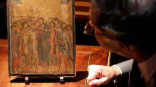 L'expert d'art Éric Turquin inspecte la peinture de l'Italien Cimabue trouvée dans la cuisine d'une personne âgée, le 24septembre2019 à Compiègne.