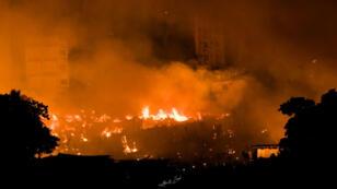 Las llamas envuelven a un barrio durante un incendio a las afueras de Dhaka, Bangladesh, el 16 de agosto de 2019