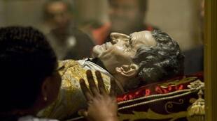 Visage en cire posé sur le corps de St. John Bosco.
