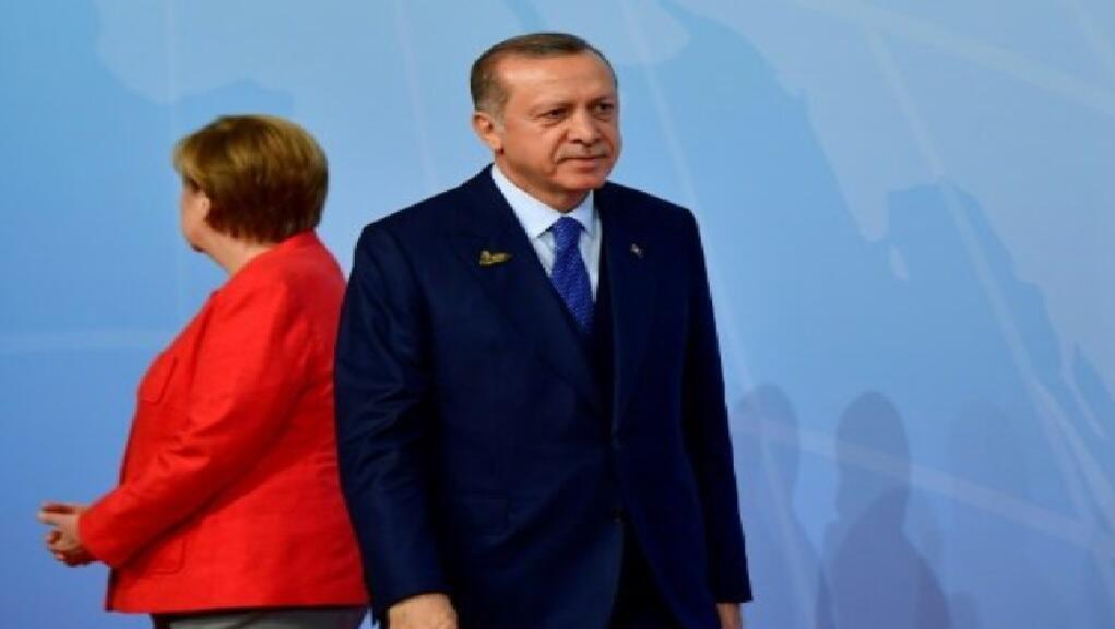 الرئيس التركي رجب طيب ارودغان (يمين) والمستشارة الالمانية انغيلا ميركل (يسار) أثناء قمة مجموعة العشرين في هامبورغ 7 تموز/يوليو 2017
