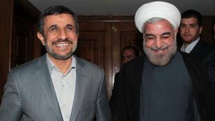 Mahmoud Ahmadinejad et Hassan Rohani, lors d'une rencontre à Téhéran le 18 juin 2013.