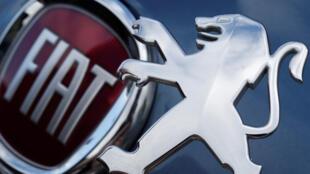 Los logos de la italiana Fiat y la francesa Peugeot ilustran parte de las marcas involucradas en la fusión de los grupos automotrices de los que hacen parte estas dos compañías.