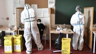 Des agents de santé prélèvent des échantillons salivaires sur des élèves de l'école Louise Bourgeois à Paris, le 11 février 2021.