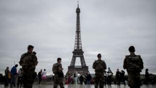Des soldats patrouillent au Trocadéro à Paris.
