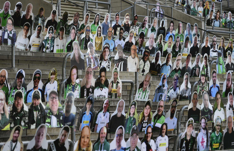 Borussia Moenchegladbach a rempli le Borussia Park d'effigies en carton pour animer son stade.