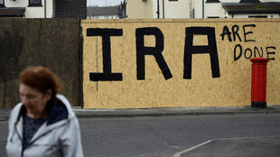 Un graffiti pintado con las iniciales del Nuevo IRA (Ejército Republicano Irlandés) tras el asesinato de la periodista Lyra McKee, de 29 años de edad, aparece en Londonderry, Irlanda del Norte. 20 de abril de 2019.