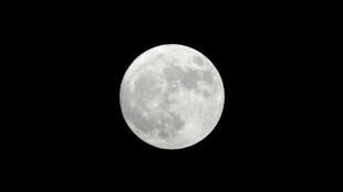 سكان كوكب الأرض لا يرون سوى جهة واحدة من القمر