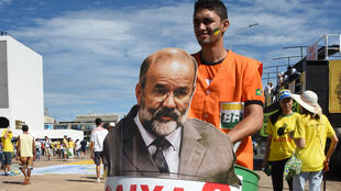 Le 12 avril 2014 à Brasilia, des manifestants protestent contre le Parti des travailleurs, au pouvoir au Brésil, et demandent le départ de Dilma Roussef.