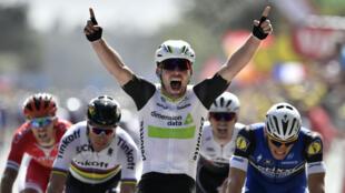 Le Britannique Mark Cavendih exulte au moment de franchir la ligne d'arrivée de la première étape du Tour de France, samedi 2 juillet 2016.
