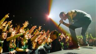 Chester Bennington chante face à la foule, pendant un concert de Linkin Park en novembre 2014 à Manchester.