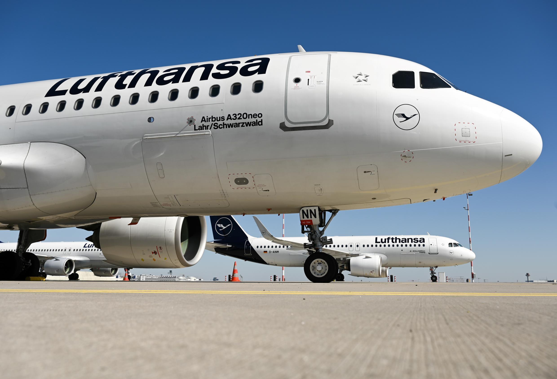 Archivo-Aviones de la compañía Lufthansa permanecen estacionados en una pista cerrada del aeropuerto de Fráncfort, el 23 de marzo de 2020 en la ciudad alemana
