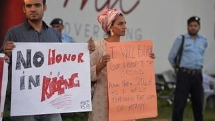 """مظاهرة منددة بـ """"جرائم الشرف"""" في عاصمة باكستان إسلام اباد."""