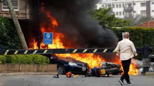 Des véhicules en flammes dans l'enceinte de l'hôtel Dusit, à Nairobi, au Kenya, le 15 janvier 2019.