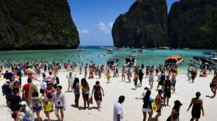 Des milliers de touristes visitent chaque jour la plage de la baie Maya en Thaïlande, ici le 9 avril 2018.