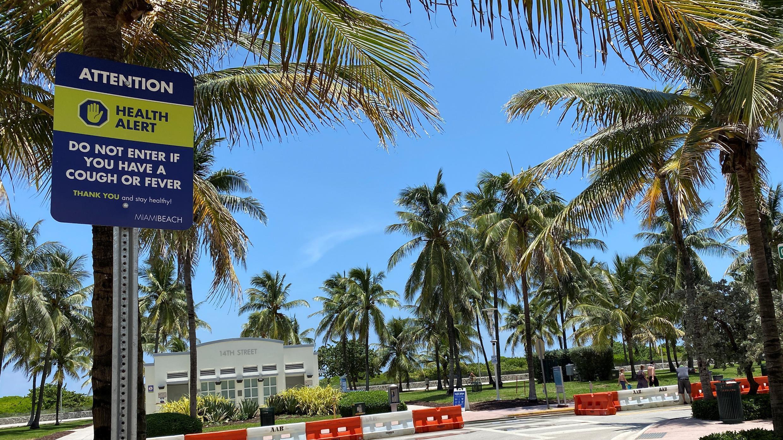 Un letrero de advertencia sobre la propagación de la enfermedad por coronavirus se ve en Miami Beach, Florida, EE. UU., 14 de julio de 2020. Fotografía tomada el 14 de julio de 2020.