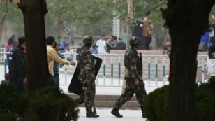 الشرطة شبه العسكرية في ساحة هوتان في إقليم شينجيانغ غرب الصين