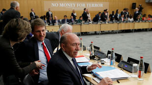 El ministro del Interior francés, Gerard Collomb toma asiento ante una mesa redonda con delegaciones internacionales en una conferencia para discutir formas de cortar recursos a grupos como Estado Islámico y Al-Qaeda, en la Organización para la Cooperación y el Desarrollo Económico (OCDE) con sede en París, Francia, el 26 de abril de 2018.