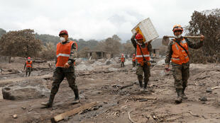 Los equipos de rescate buscan restos en un área afectada por la erupción del volcán de Fuego.