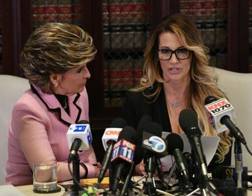الممثلة الإباحية جيسيكا درايك(يمين)بمؤتمر صحافي مع المحامية غلوريا أولريد كاليفورنيا 22 أكتوبر 2016