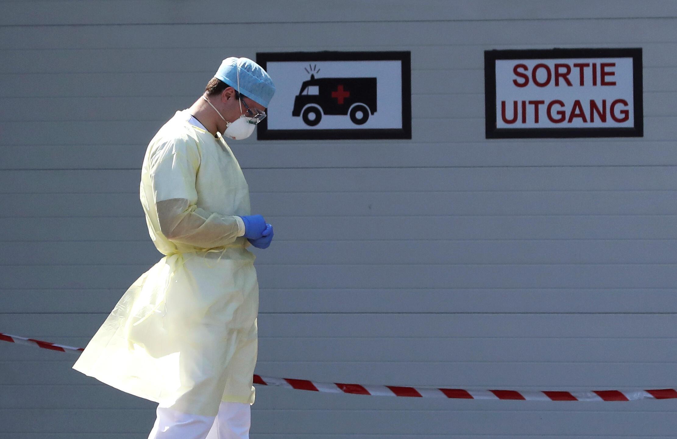 أحد أفراد الطاقم الطبي في مستشفى CHIREC DELTA في بروكسل ببلجيكا، يقف عند مدخل وحدة الطوارئ. 25 أبريل/نيسان 2020