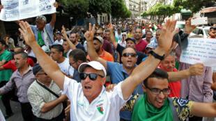 Des Algériens manifestent contre le pouvoir en place à Alger, le 26 juillet 2019.