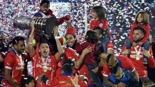 لاعبو تشيلي يحتفلون بالفوز في كوبا أمريكا في 4 تموز/يوليو 2015