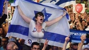 """عشرات آلاف الإسرائيليين يهتفون """"نتانياهو ارحل"""" أثناء تجمع في تل أبيب في 20150307"""