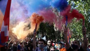 Miembros de la comunidad armenia marchan hacia las embajadas de Azerbaiyán y Turquía en Buenos Aires, el 10 de octubre de 2020.