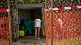 Un médecin de MSF désinfecte ses mains à l'entrée d'un centre de traitement d'Ebola, à l'hôpital Wangata de Mbandaka, le 20 mai 2018.