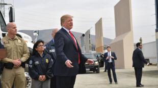 Donald Trump solo obtuvo 1.600 millones de dólares del presupuesto federal para la construcción del muro. En la foto, Trump inspecciona los prototipos de muro en San Diego, California, el pasado 13 de marzo de 2018.
