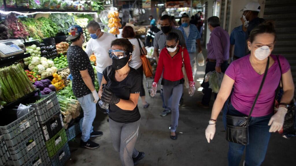 El suministro de algunos productos básicos, como frutas y hortalizas, podría verse afectado ante las dificultades que enfrentan los productores para movilizar su producto. En la imagen, un frutería en Caracas, Venezuela el 19 de marzo de 2020.