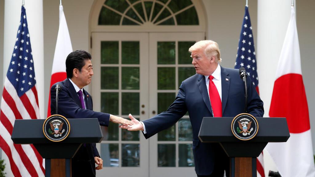 El presidente de EE. UU., Donald Trump, saluda al primer ministro japonés, Shinzo Abe, antes de una conferencia de prensa conjunta en el Rose Garden de la Casa Blanca en Washington, Estados Unidos. 7 de junio, 2018.
