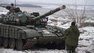 Un séparatiste pro-russe à un checkpoint, près de la ville de Debaltseve, dans l'est de l'Ukraine, le 29 janvier 2015.