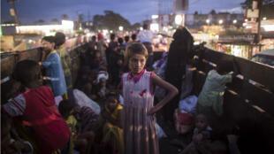 Des réfugiés rohingyas évacués vers un camp au Bangladesh après avoir franchi la rivière Naf, le 8 octobre 2017.