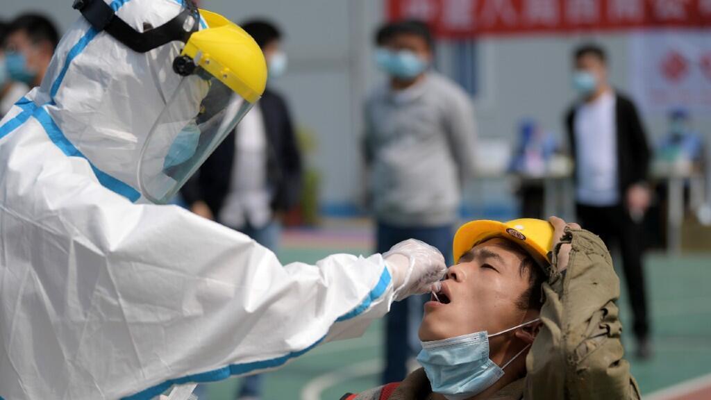 Un enfermero realiza una prueba de coronavirus a un trabajador en Wuhan, China, el 7 de abril de 2020.