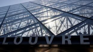 L'entrée du musée du Louvre et la pyramide, oeuvre de l'architecte Ieoh Ming Pei, le 24 juin 2020