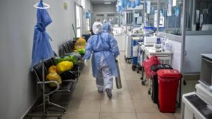 Un trabajador de la salud lleva un tanque de oxígeno en el Hospital Rebagliati de Lima el 31 de agosto de 2020
