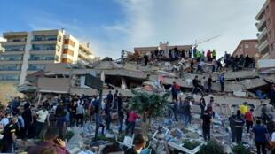 سقوط إحدى الأبنية في منطقة إزمير نتيجة الزلزال، 30 أكتوبر/تشرين الأول 2020