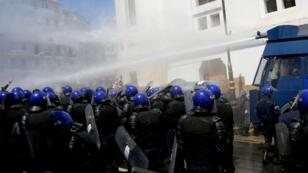 La police d'Alger a fait intervenir un canon à eau contre les étudiants rassemblés devant la Grande Poste, dans la capitale algérienne, le 9 avril 2019.
