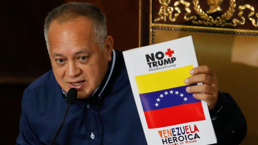 """El presidente de la Asamblea Nacional Constituyente de Venezuela, Diosdado Cabello, sostiene una pancarta que dice """"No más Trump"""" durante una sesión en Caracas, este 12 de agosto."""