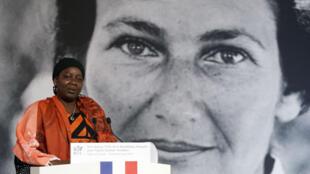 La camerounaise Aissa Doumara Ngatansou prononce un discours à l'Élysée après avoir reçu le tout premier prix Simone-Veil, le 8 mars 2019.