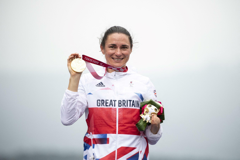 Sarah Storey célèbre sa victoire sur la course en ligne sur route, le 2 septembre 2021 à Tokyo.