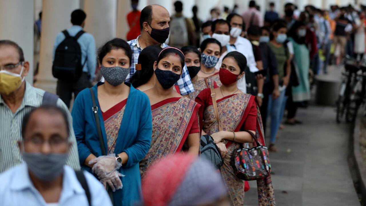Un grupo de personas con máscaras de protección hace fila en una estación del metro en Nueva Delhi, India, el 14 de septiembre de 2020.