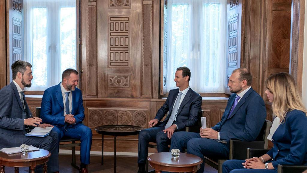 El presidente sirio Bashar al Assad reunido con la delegación del partido Rusia Unificada, encabezada por el miembro de la Duma Estatal rusa Dimitri Sablin, en el palacio presidencial en Damasco, Siria, el 20 de agosto de 2019.