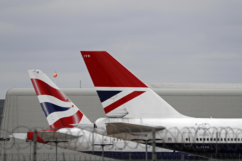 Dos aviones de la compañía British Airways permanecen estacionados en el aeropuerto de Heathrow, al oeste de Londres, el 8 de junio de 2020.