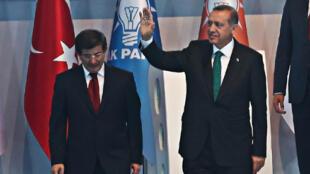Recep Tayyip Erdogan et Ahmet Davutoglu, lors d'un congrès de l'AKP, le 27 août 2014.