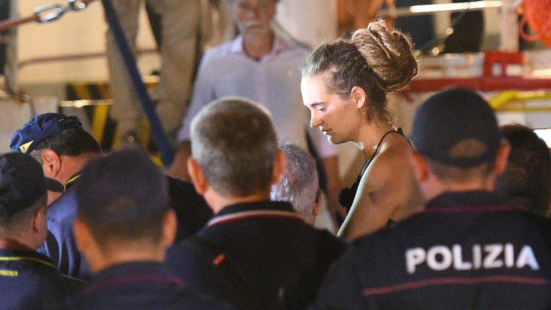 """Carola Rackete, fue arrestada por la Policía italiana por """"resistencia o violencia contra un buque de guerra"""" al ingresar al puerto de Lampedusa sin autorización.  Lampedusa, Italia. 29 de junio de 2019."""