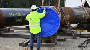 عامل في ورشة بناء أنابيب نورد ستريم-2 في لوبمين، بشمال شرق ألمانيا